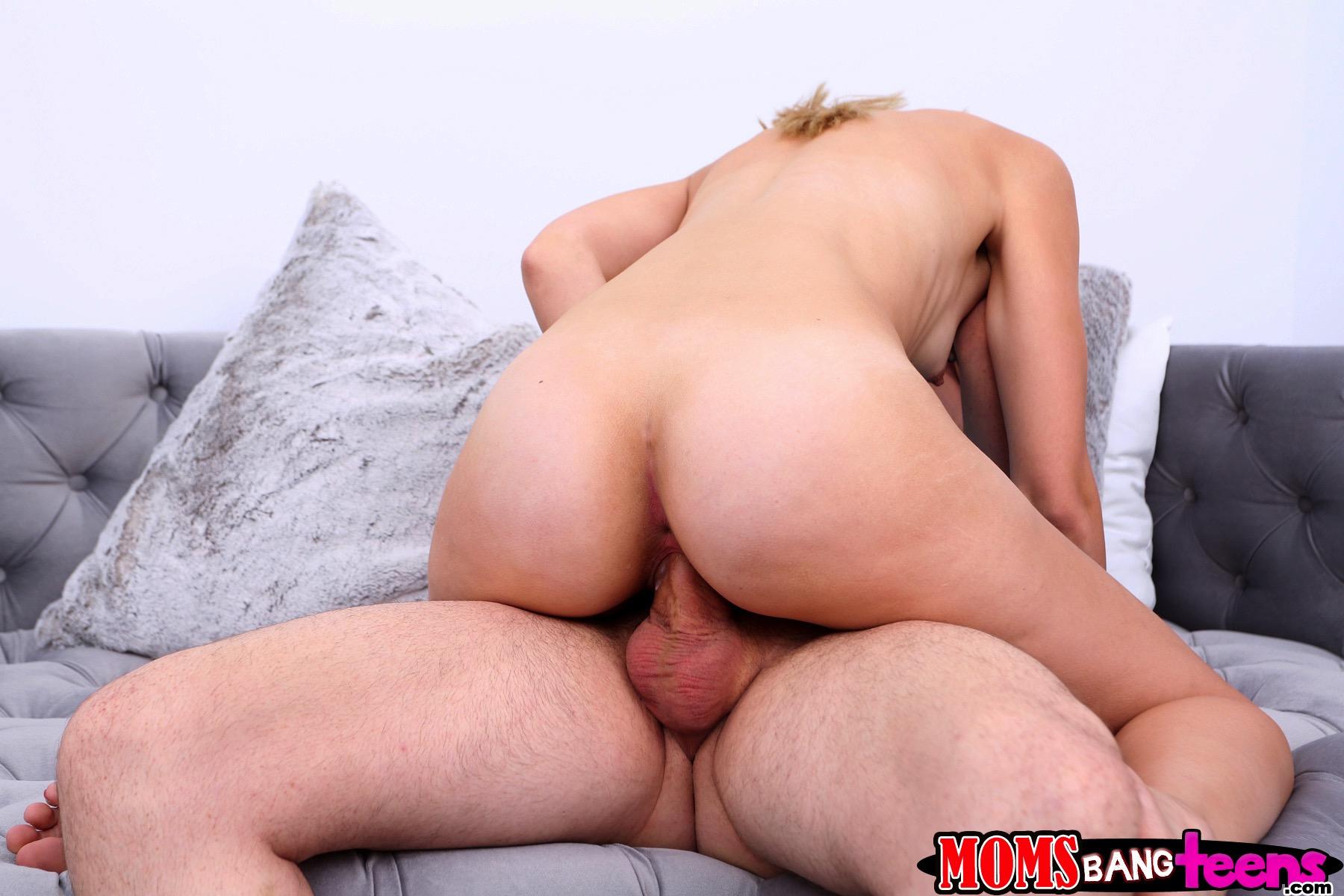 La madre regresa a casa y captura a su hija cogiendo