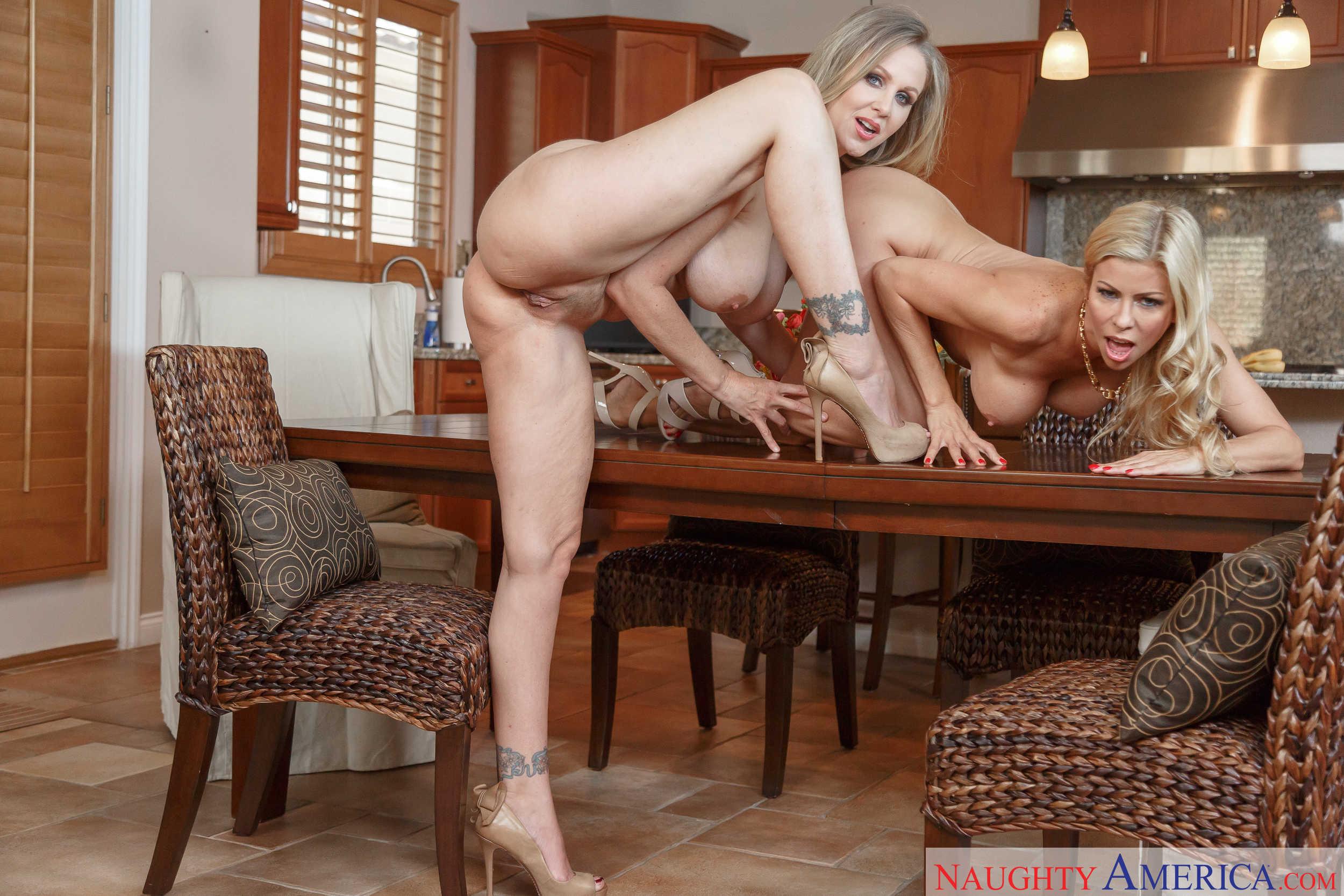 Alexis Fawx y Julia Ann muestran sus conchitas juntas