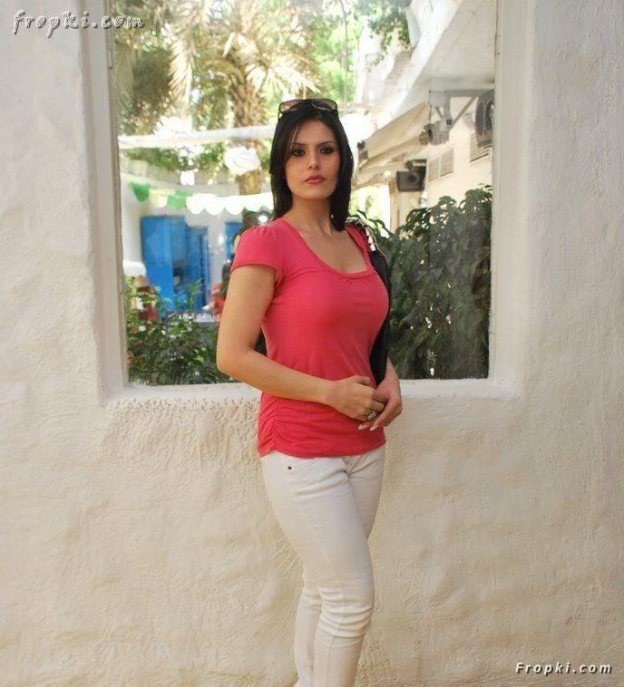 Zarine Khan looks sexy in pink T-Shirt AckkGm2u