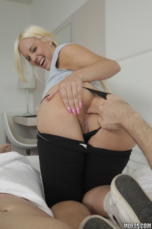 Blondie Fesser disfruta de una verga por el culo