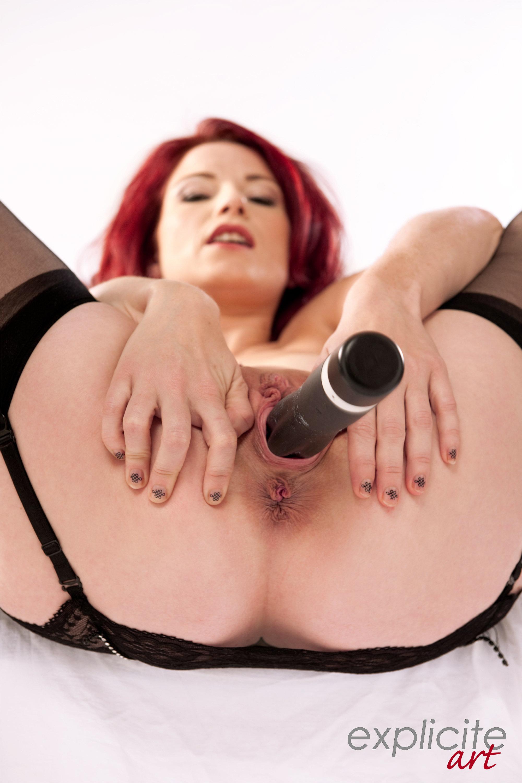 Julie Valmont . Colotada tatuada. Un caño.