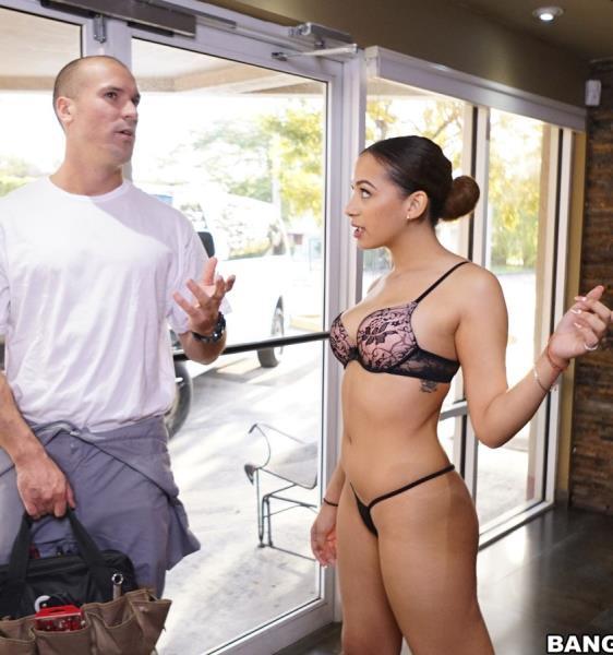 Reparaturmann beschäftigt sich mit AC und nasser Latina-Muschi von Webcam-Model Mariah Banks
