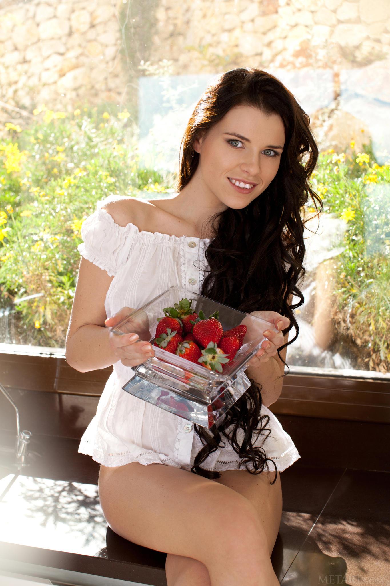 Ucraniana te invita a comer frutillas en la cocina! set hoy