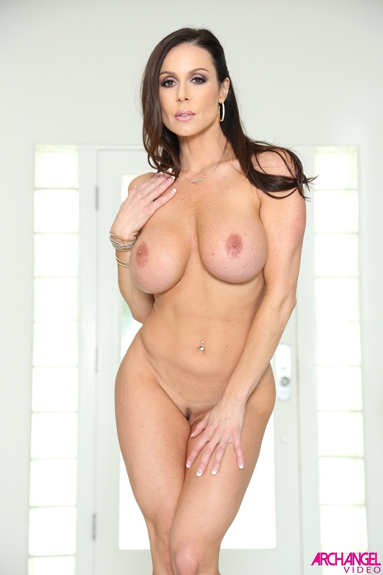 Kendra Lust muestra su culazo redondo