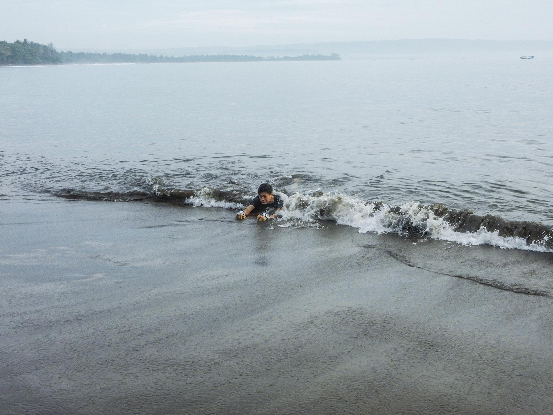 bermain air di pantai batukaras