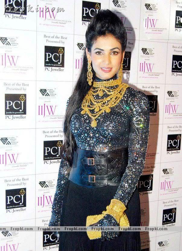 Sonal Chauhan walks the ramp at IIJW Abt0ckwm
