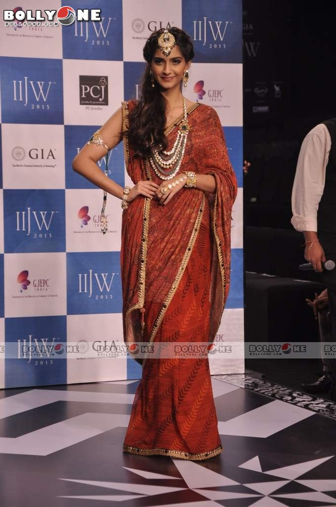 Sonam Kapoor Walks the Ramp at IIJW Grand Finale 2013 16 images  AdqzcEM7
