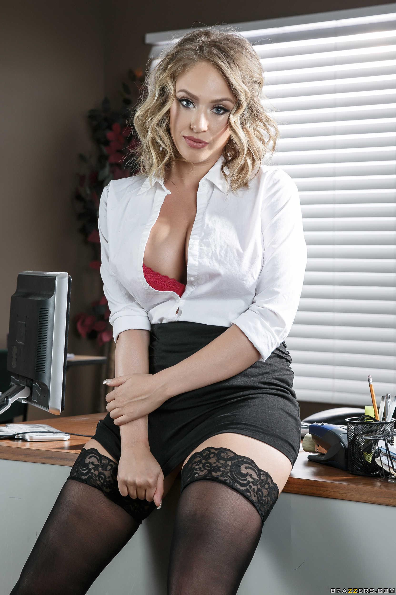 Kagney Linn Karter - una secretaria muy cachonda