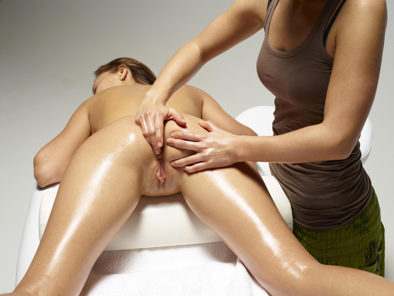 Видео как делают массаж голым, фото госпожа заставила его целовать ножки
