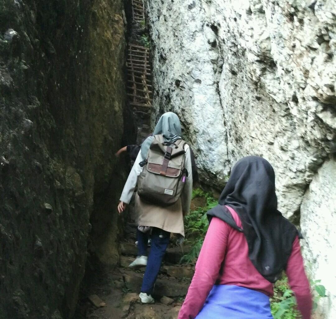 Jalur trecking menuju puncak yang sempit dan curam. Foto oleh Mas Sudadi.