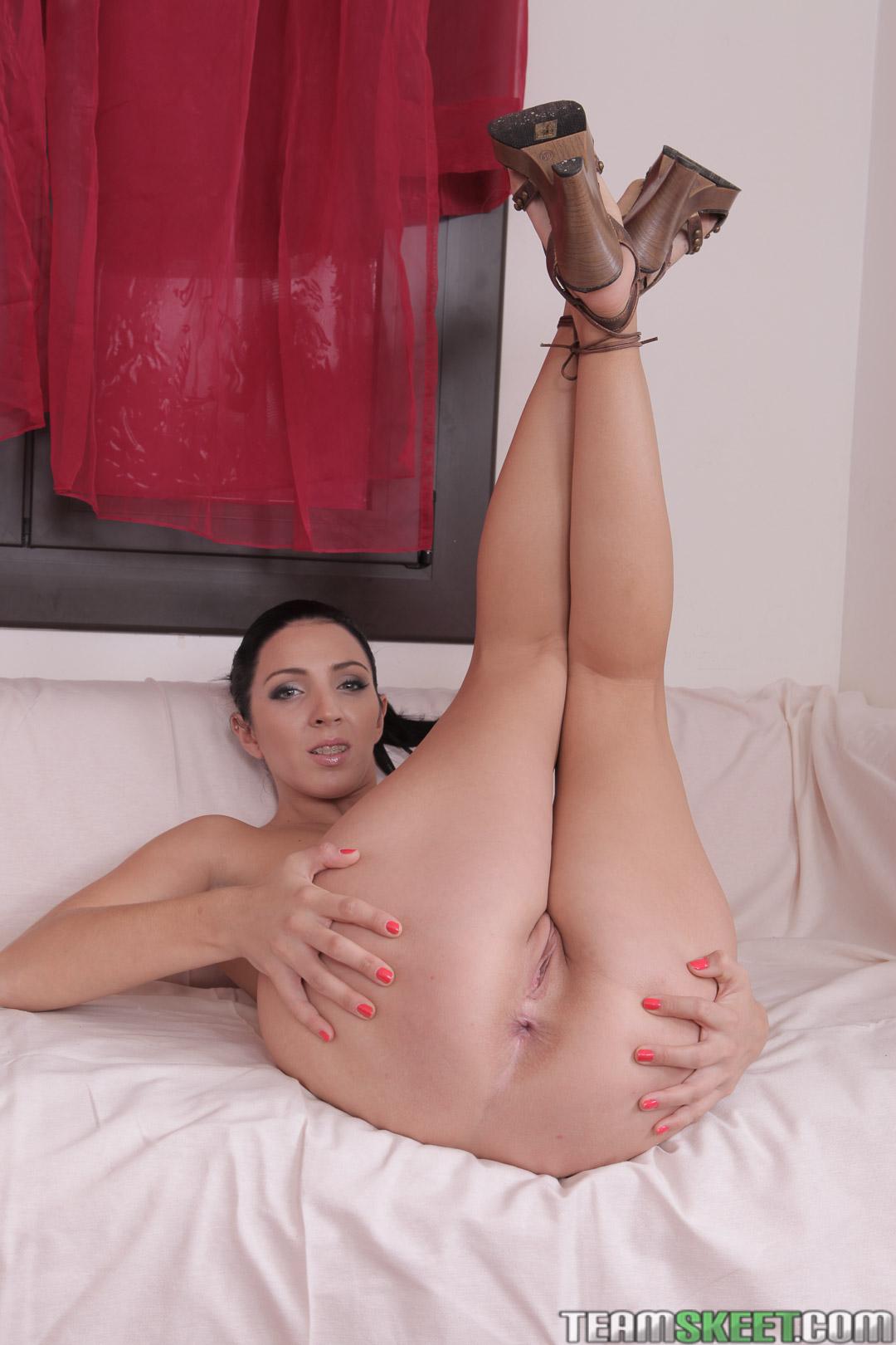 Pamela Sanchez muestra su culo y conchita en casa