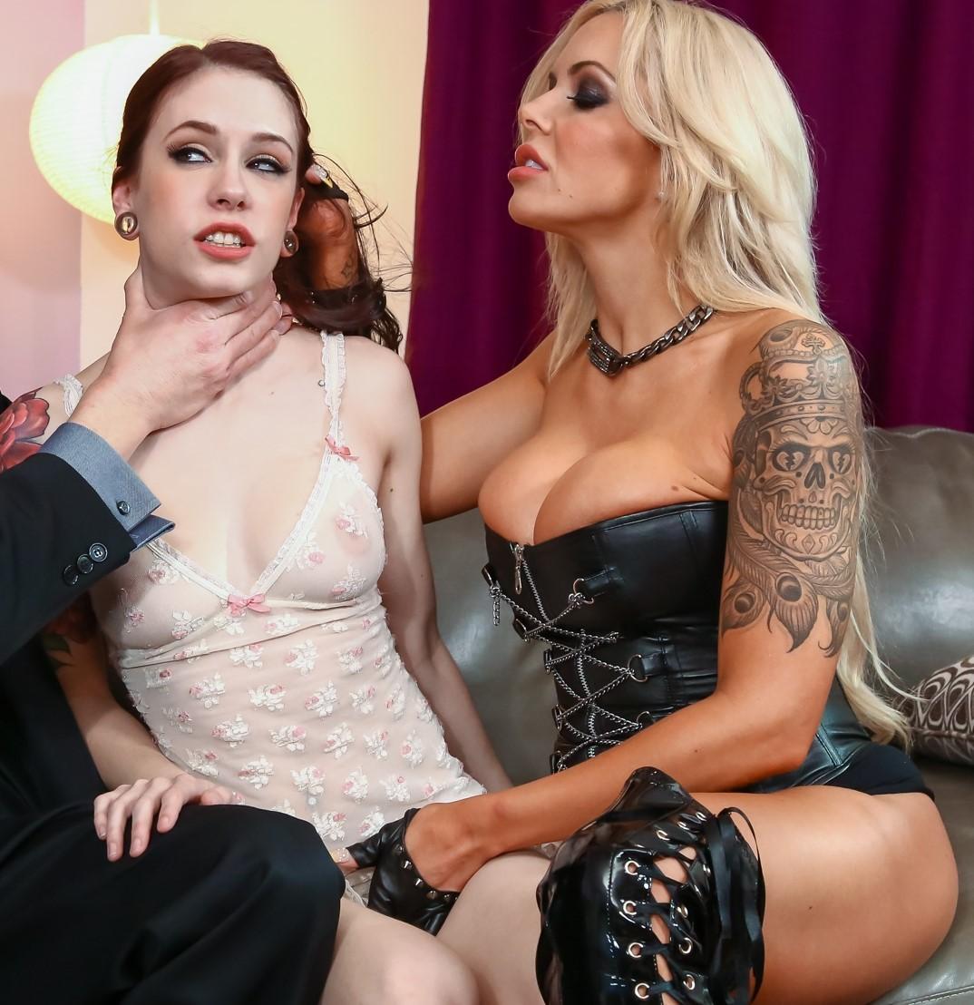 Anna deVille y Nina Elle disfrutan de un povo anal