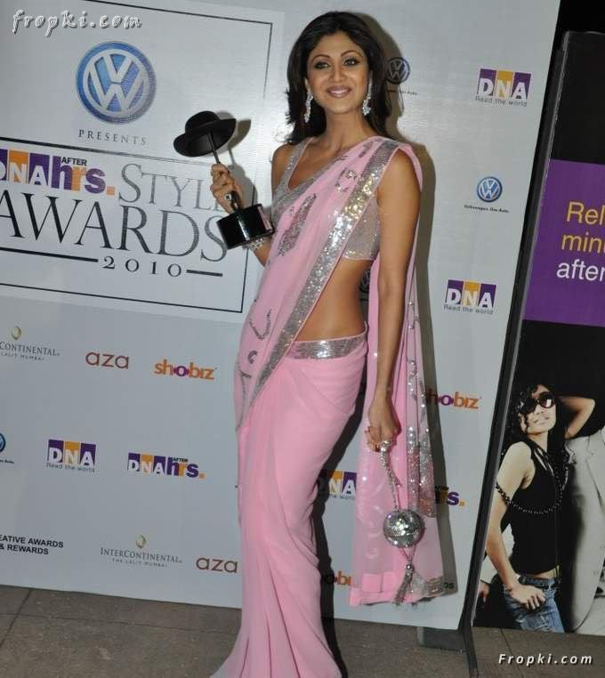 Shilpa Shetty hot sexy in pink saree at DNA Awards AdkvpBBr