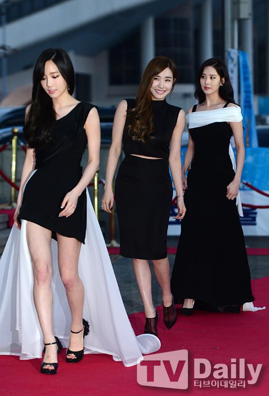 "[150122] Girls' Generation - TTS — Alfombra Roja de ""24° Premios de Música de Seúl"" Yh9hithV"