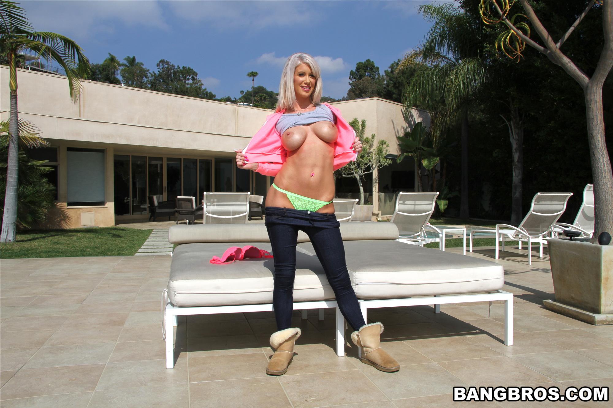 Riley Jenner - la milf muestra su conchita al aire libre