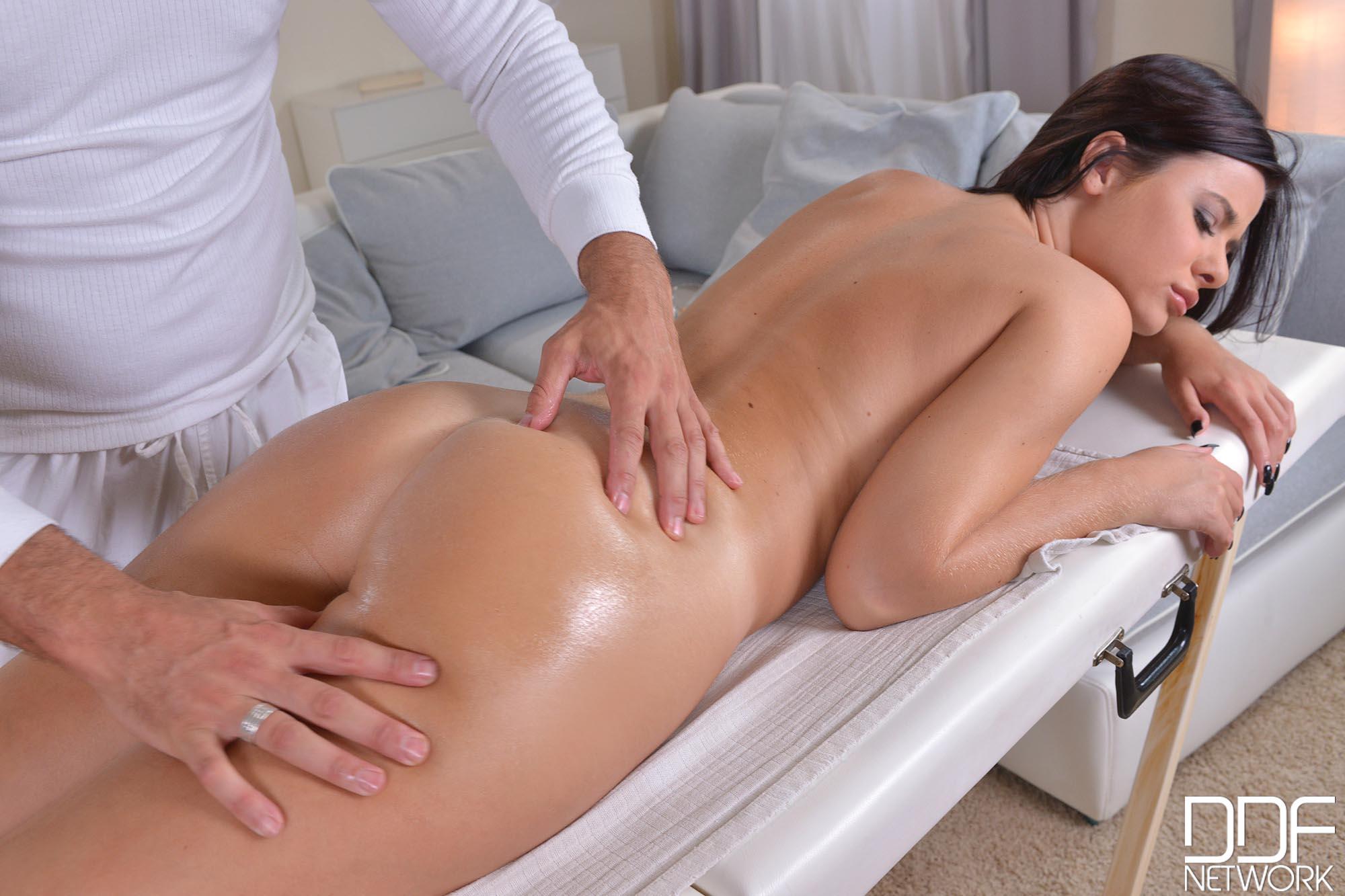 Charlyse Bella - la portuguesa disfruta de un polvo anal