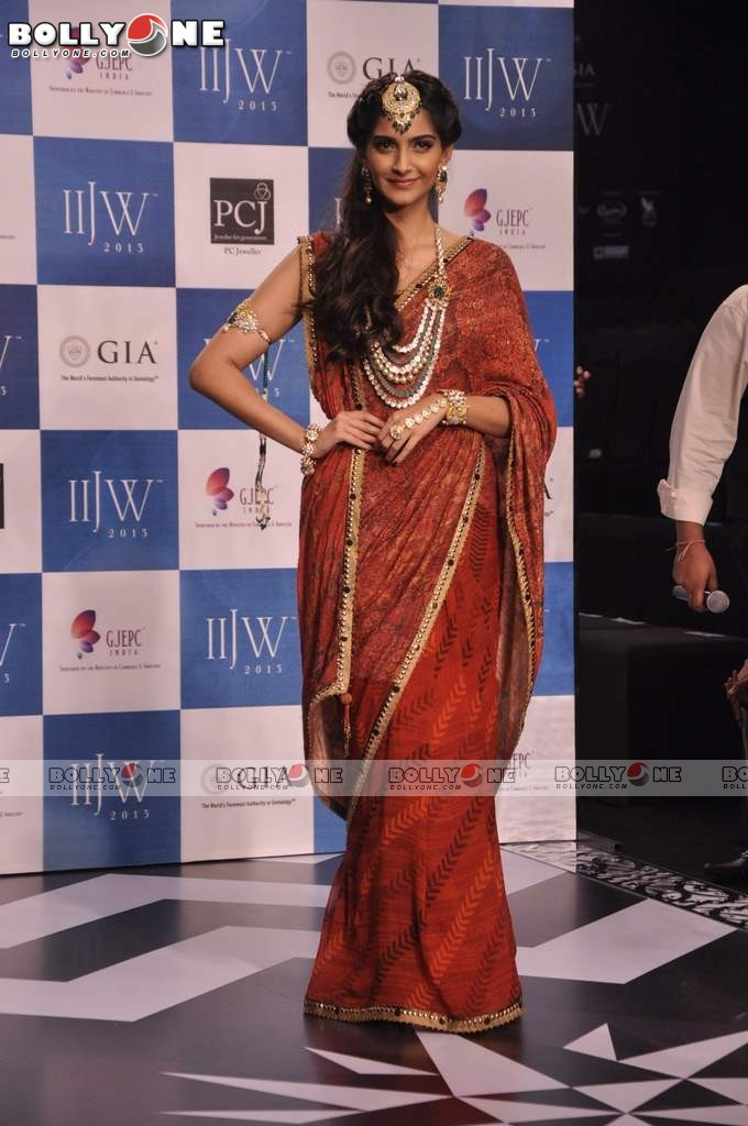 Sonam Kapoor Walks the Ramp at IIJW Grand Finale 2013 16 images  AbgB69oE
