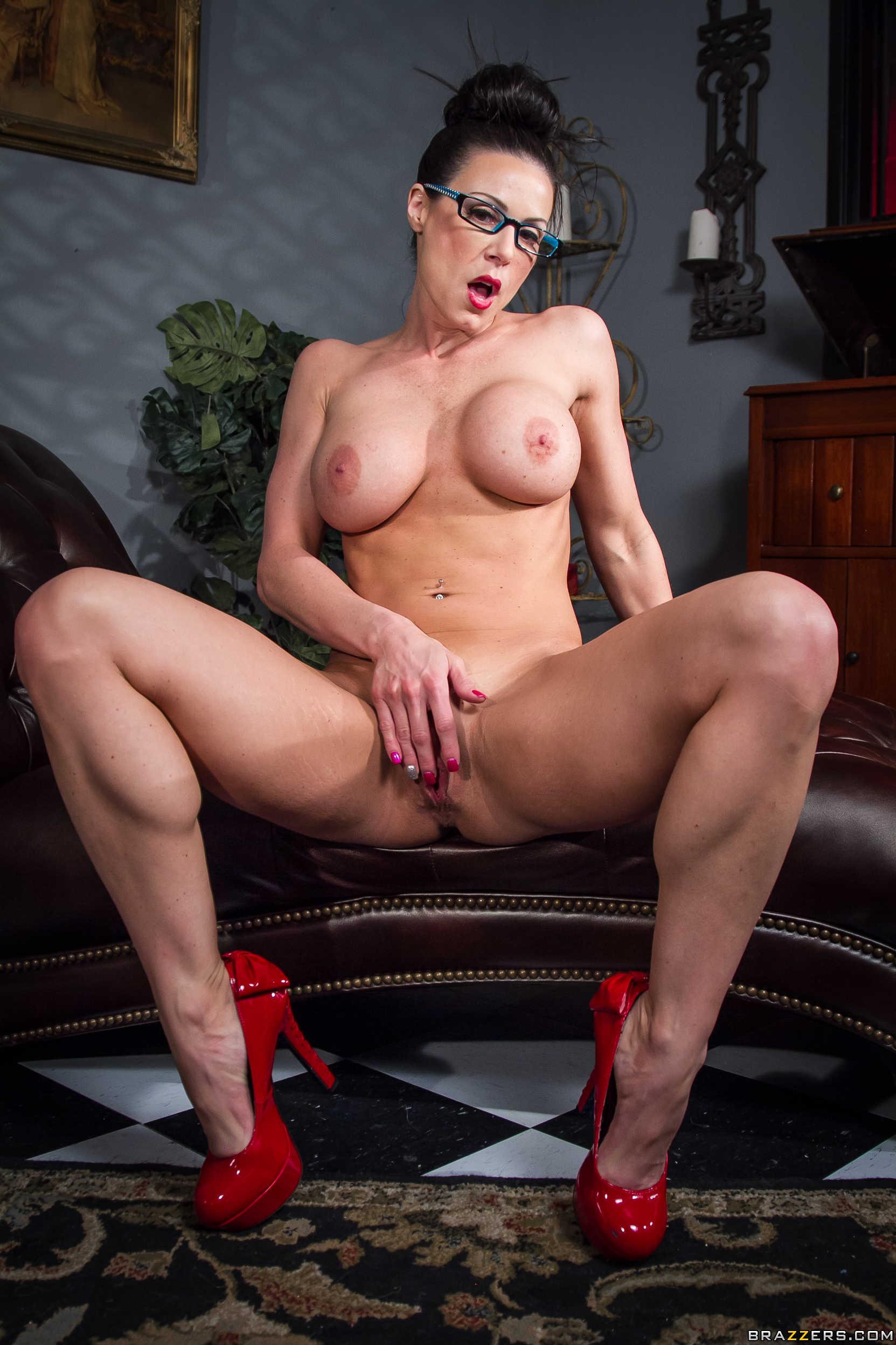 Kendra Lust muestra su conchita espectacular