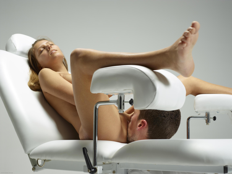начала двигаться гинеколог делает куни девушке сектор