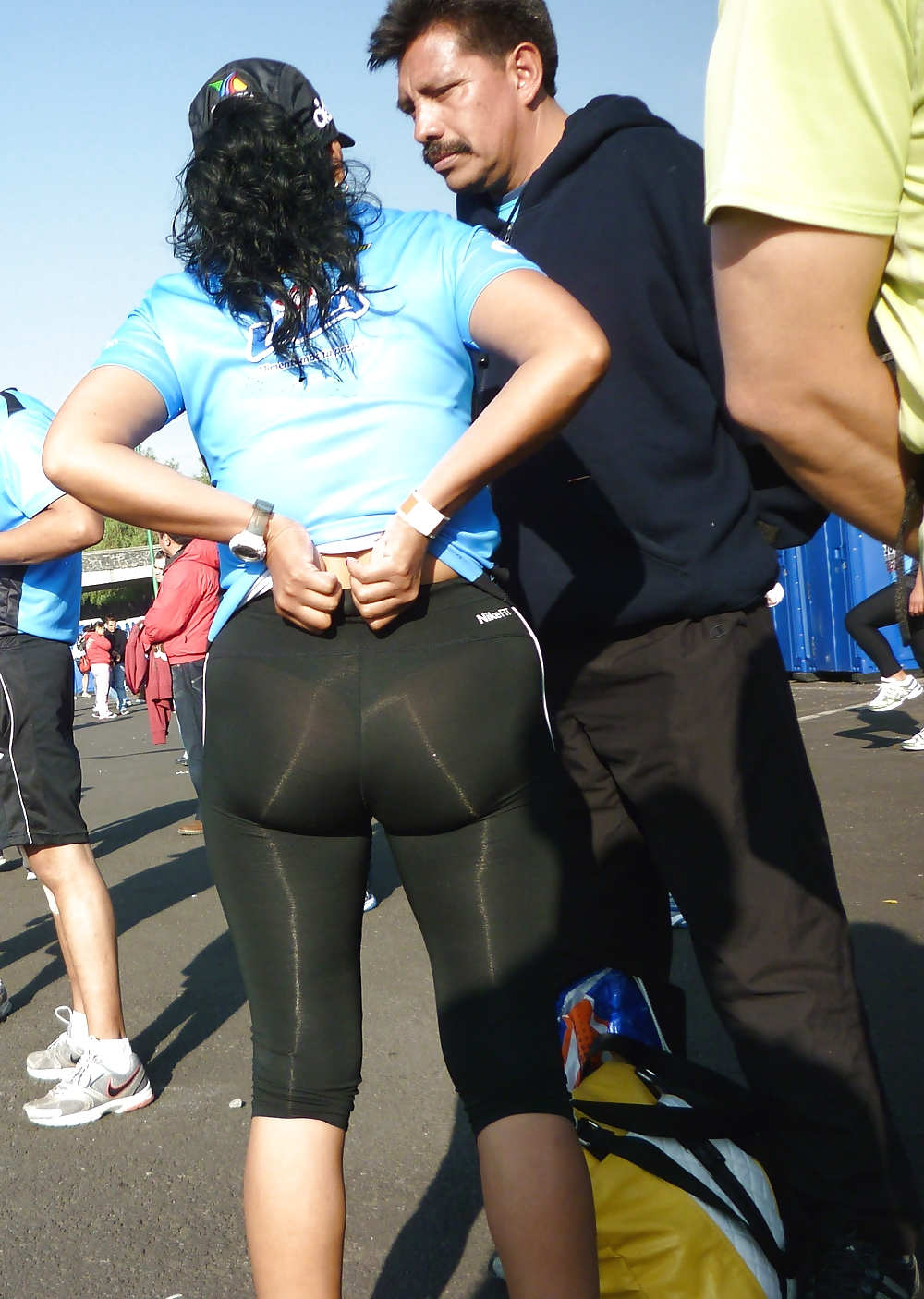 Culona de leggins negros en fila pagando claro - 2 part 7