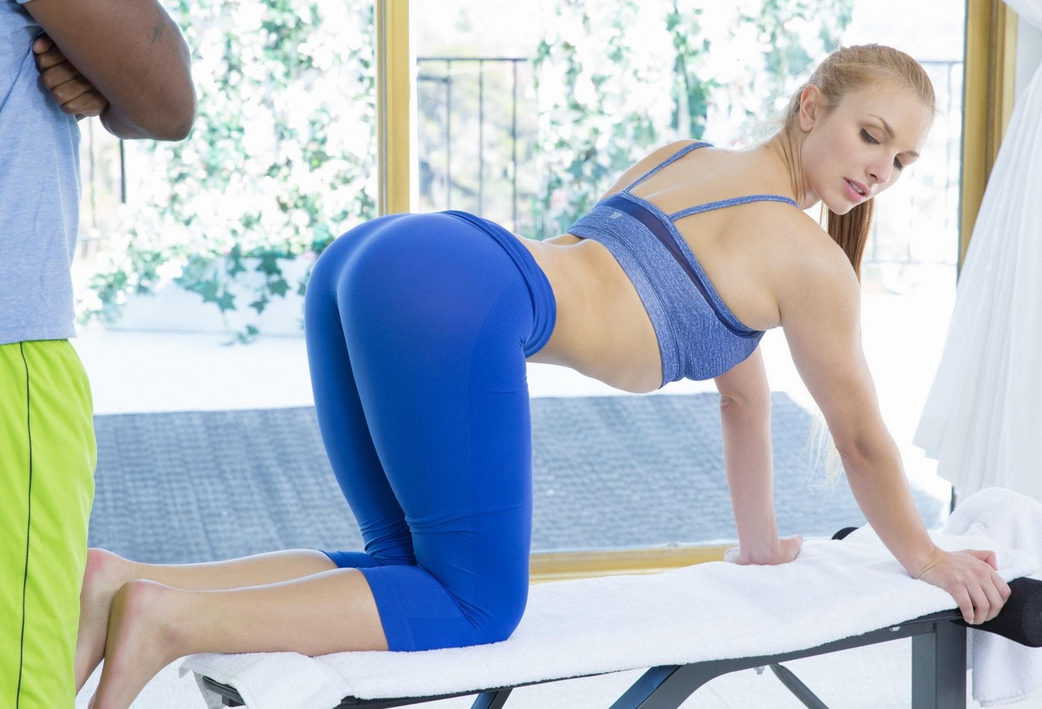 Layna Landry - chupar y follar en el gym (interracial)