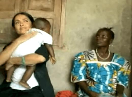 Salma Hayek criticada por amamantar a un bebe de otra madre