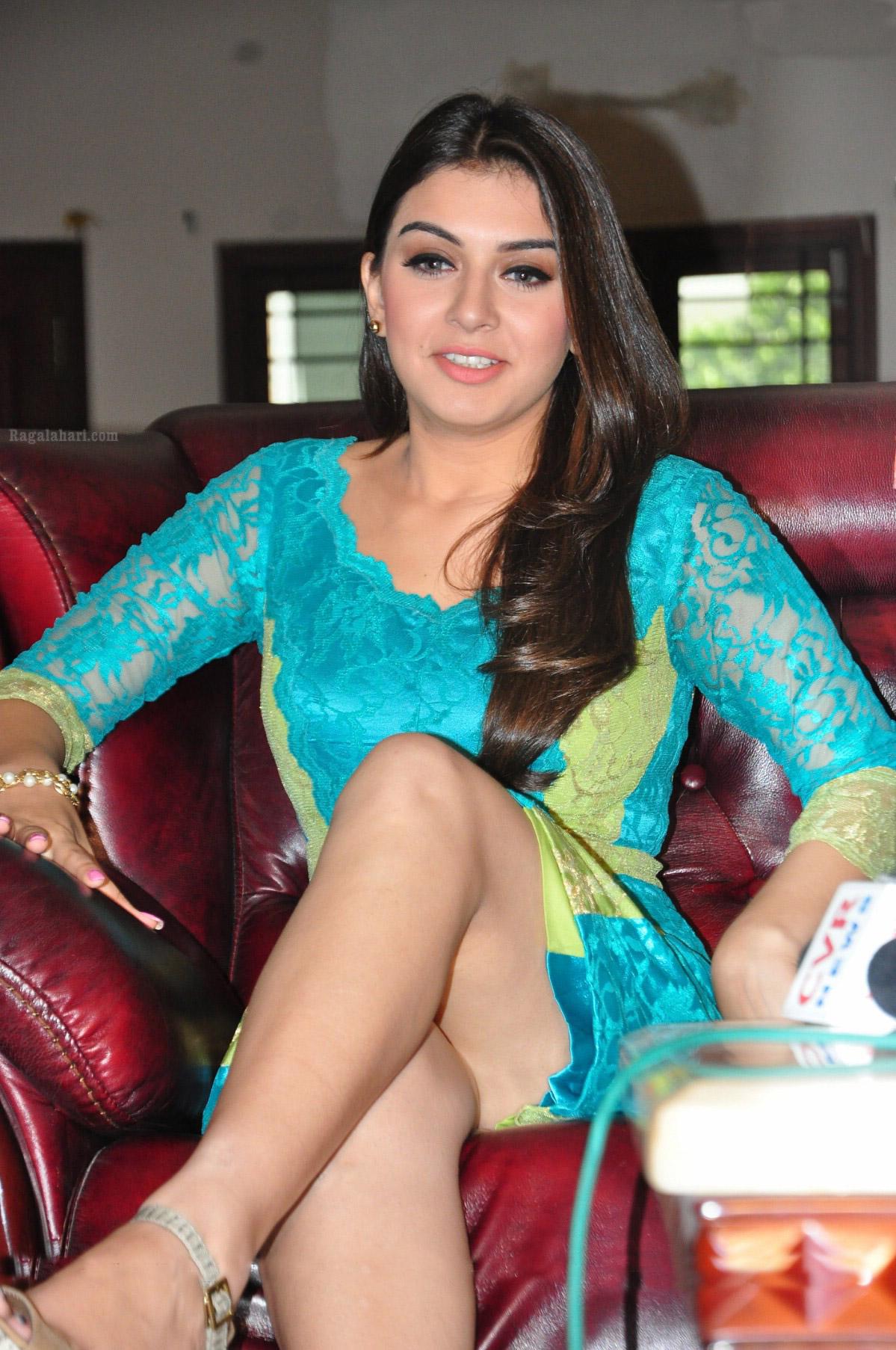 HANSIKA MOTWANI LEG SHOW IN SOMETHING SOMETHING   Bollywood Lovers