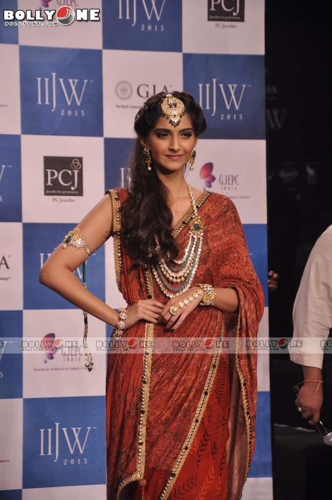 Sonam Kapoor Walks the Ramp at IIJW Grand Finale 2013 16 images  AbcKgK5Y