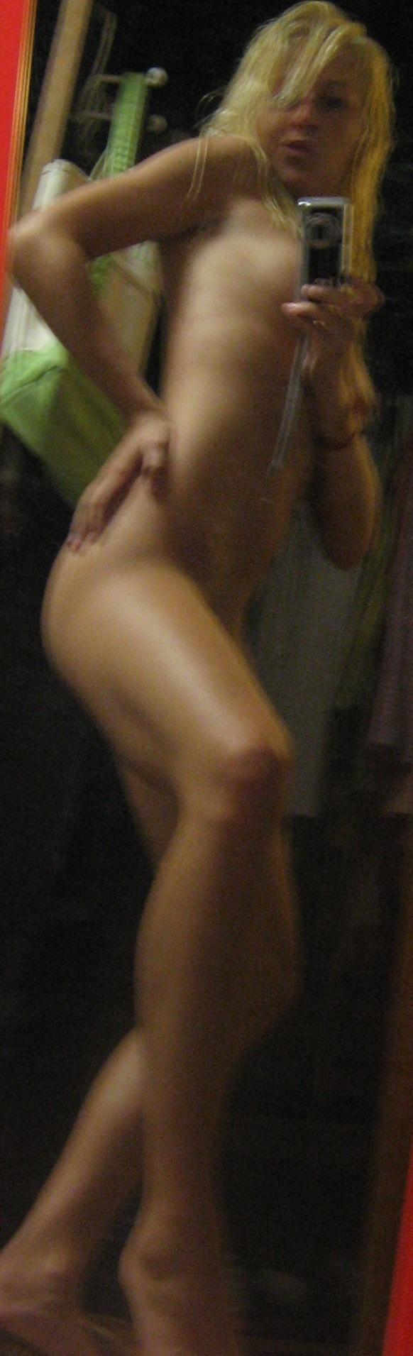 La rubia juega con su camara delante del espejo