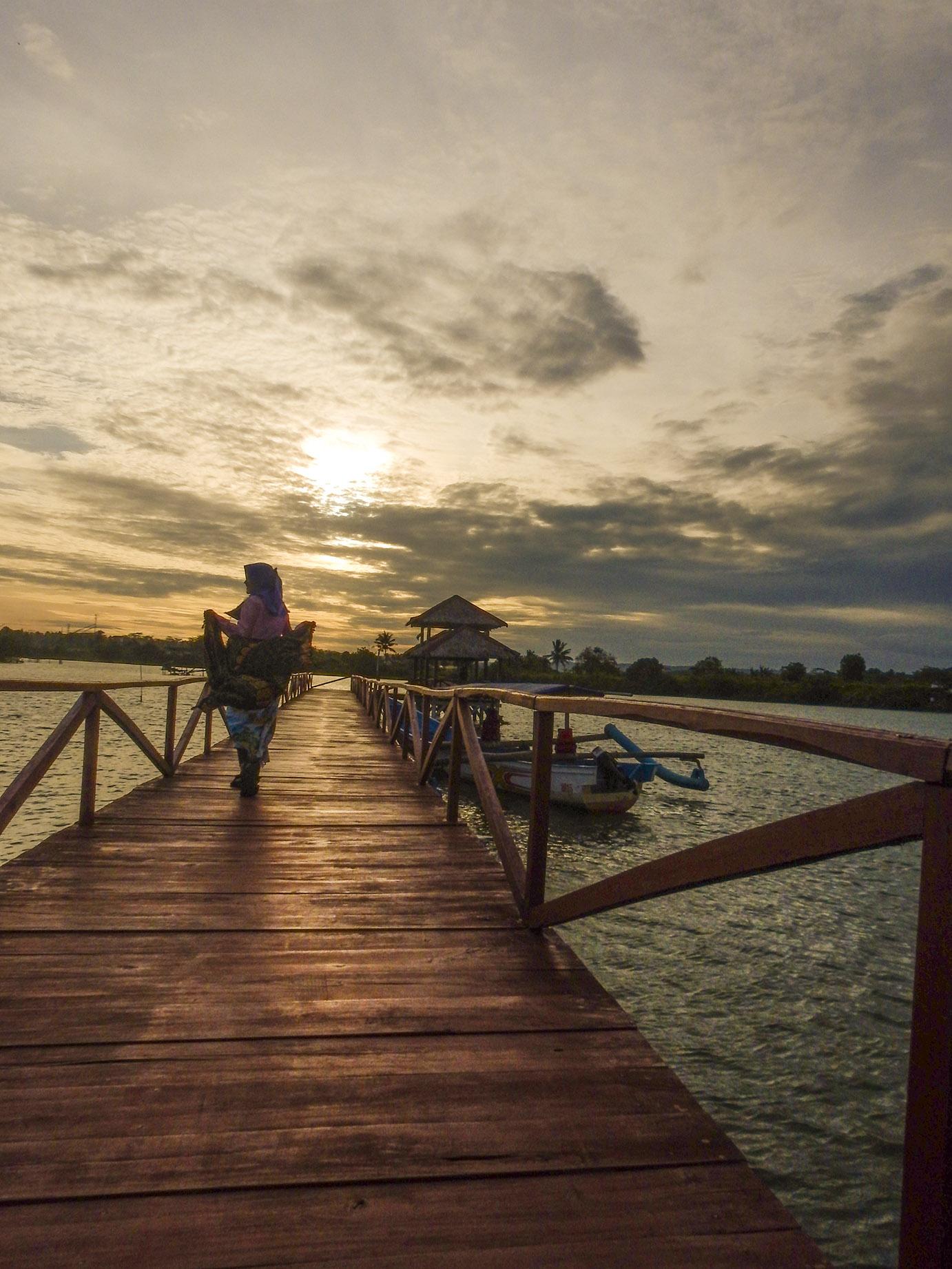menikmati sunset di jembatan mangrove