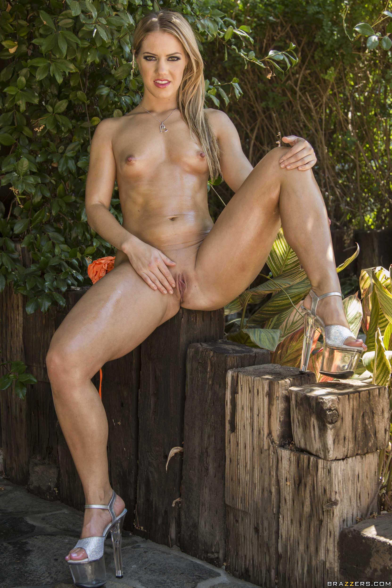 Candice Dare muestra su culazo magnífico al aire libre