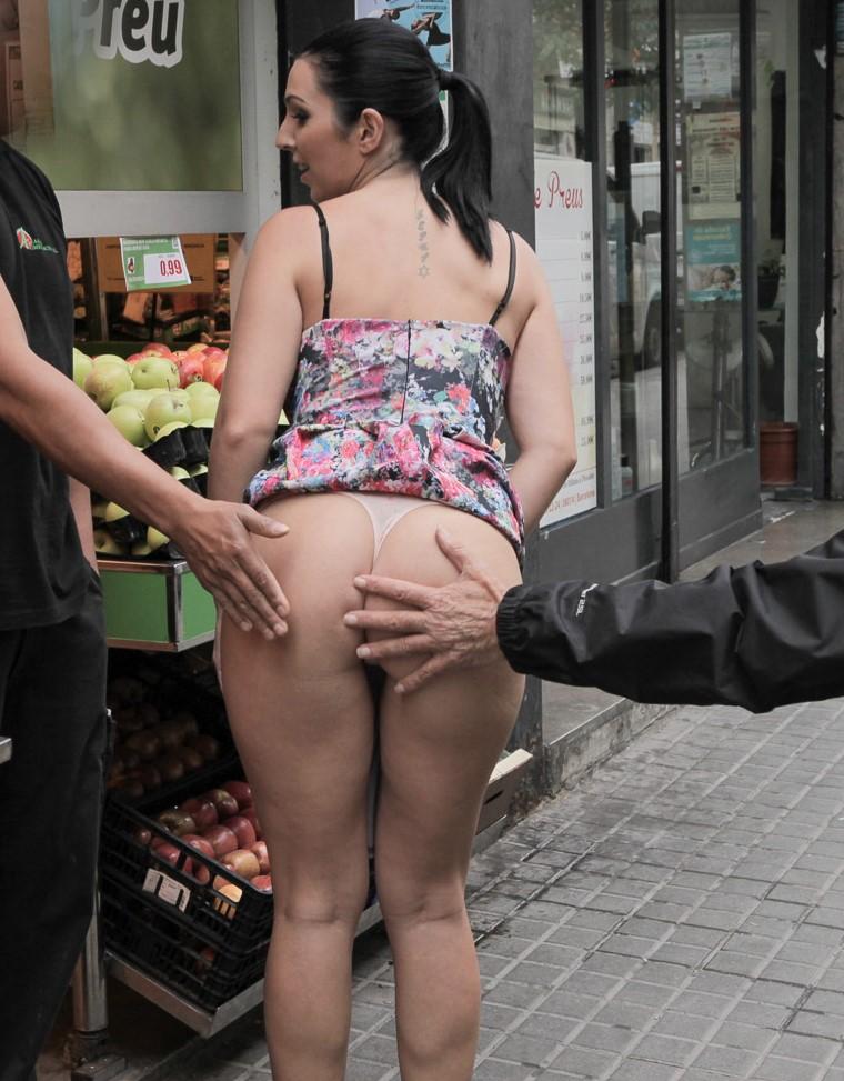 Pamela Sanchez muestra su culo y conchita en público