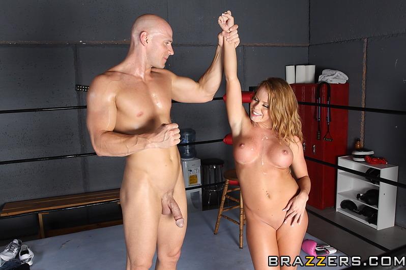 Hermosa boxeadora entrena cogiendo