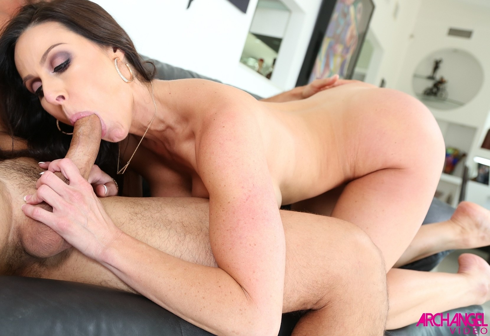 Kendra Lust - la milf chupa y coge por su conchita