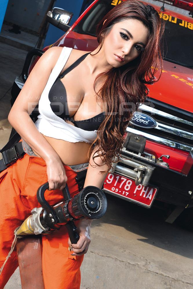 Foto hot model Sisi Salsabila model montok majalah popular November 2014
