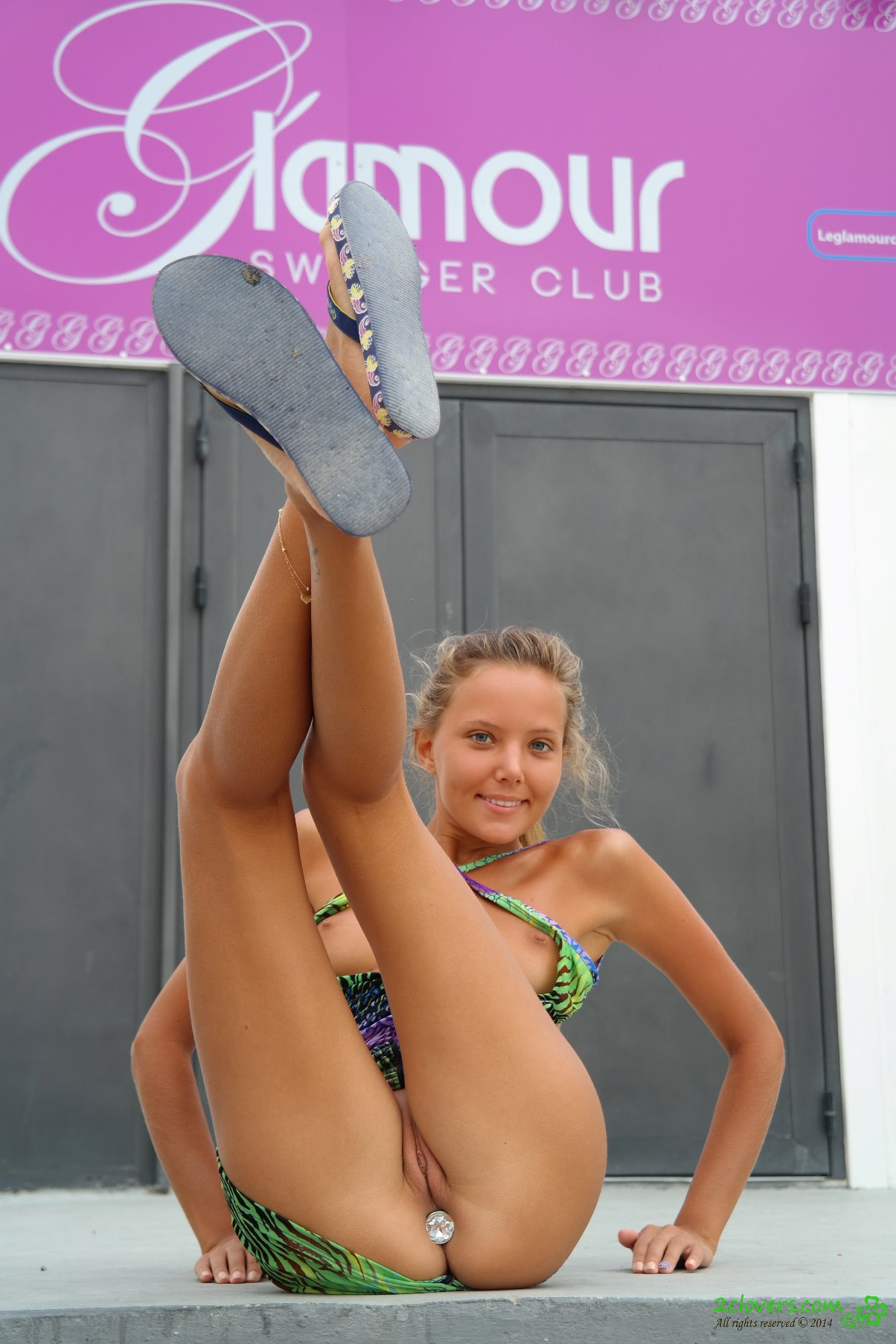 Katya Clover muestra su conchita al aire libre