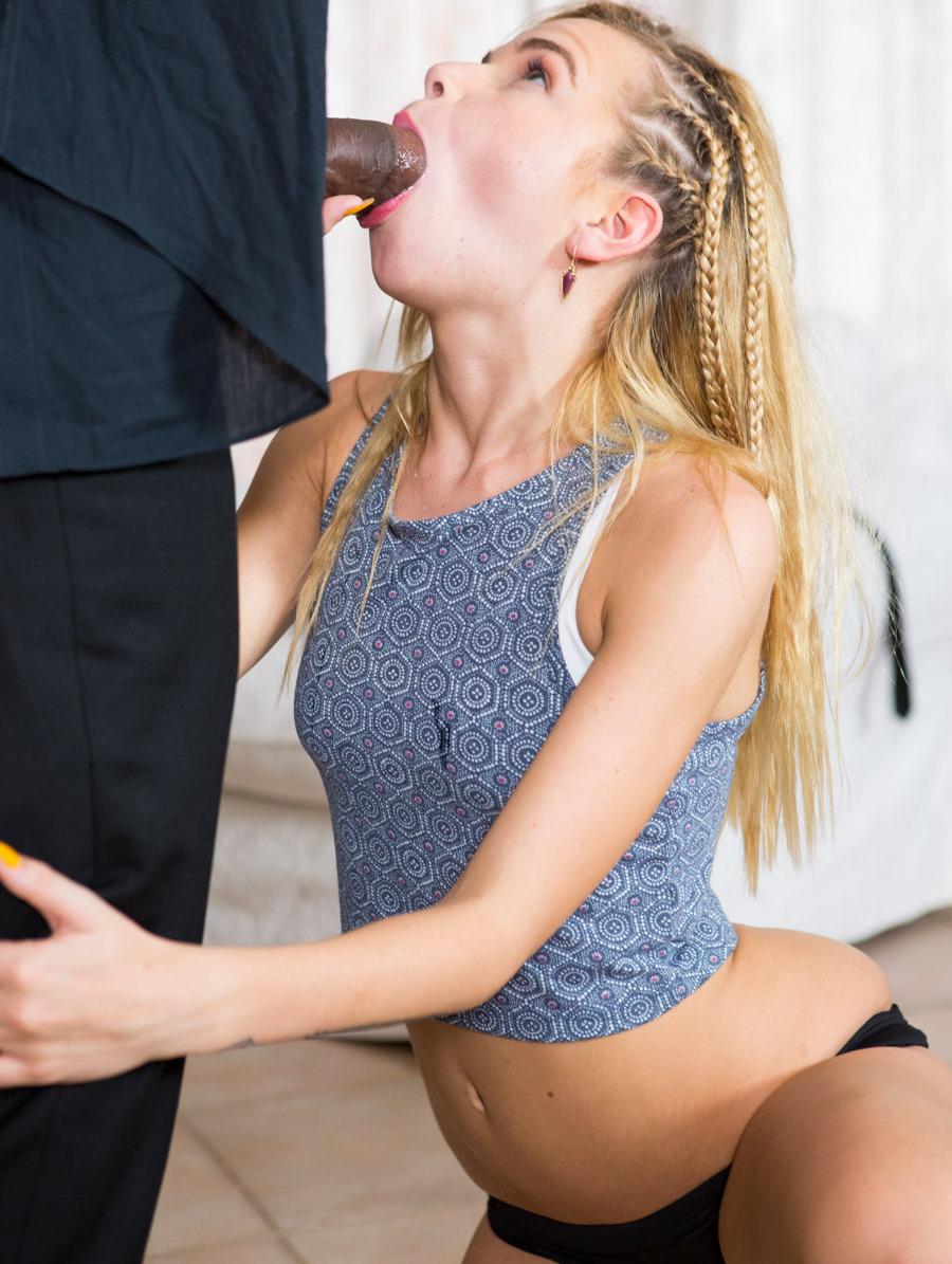 Alina West disfruta de una verga enorme (interracial)