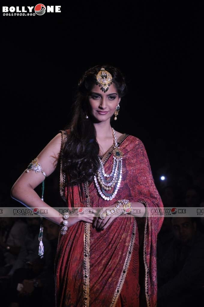 Sonam Kapoor Walks the Ramp at IIJW Grand Finale 2013 16 images  AbmtlbHE