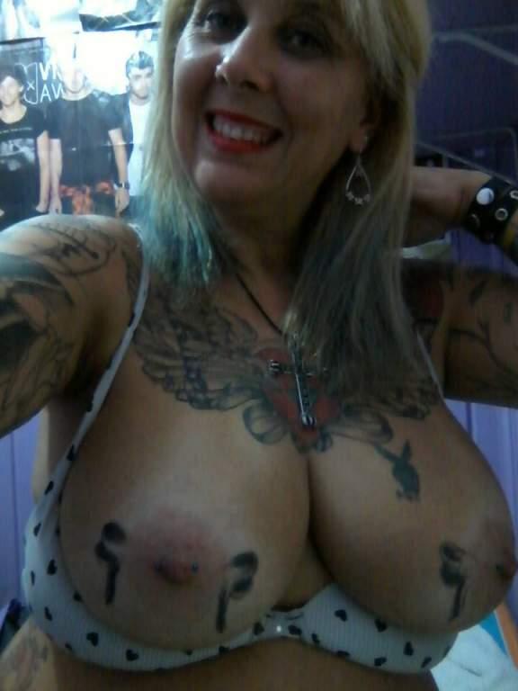 Mujer madura y tatuada busca...