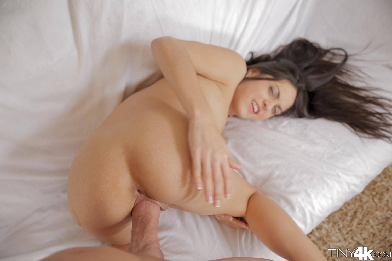 Carolina Abril - una verga enorme para su coño apretado