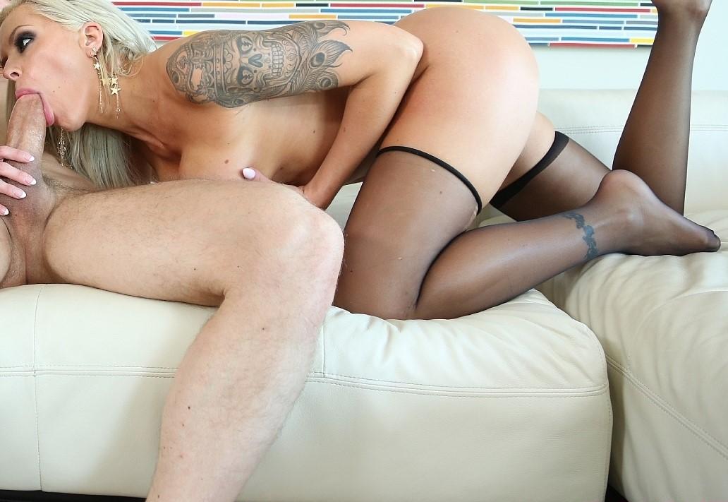 Cachondeando y disfrutando de una pelicula porno - 1 part 4