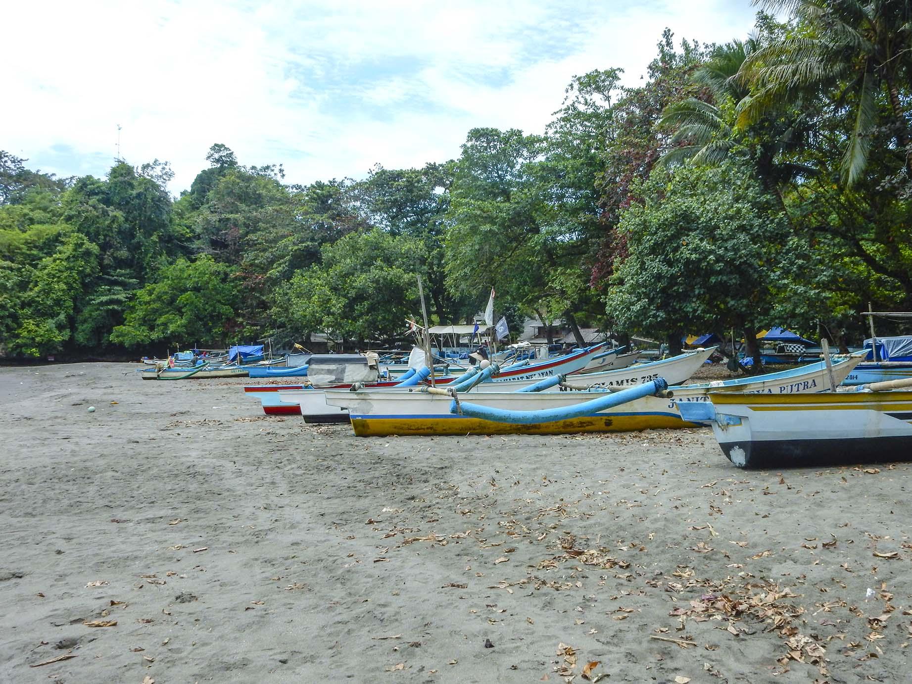 jajaran perahu nelayan di pantai batukaras