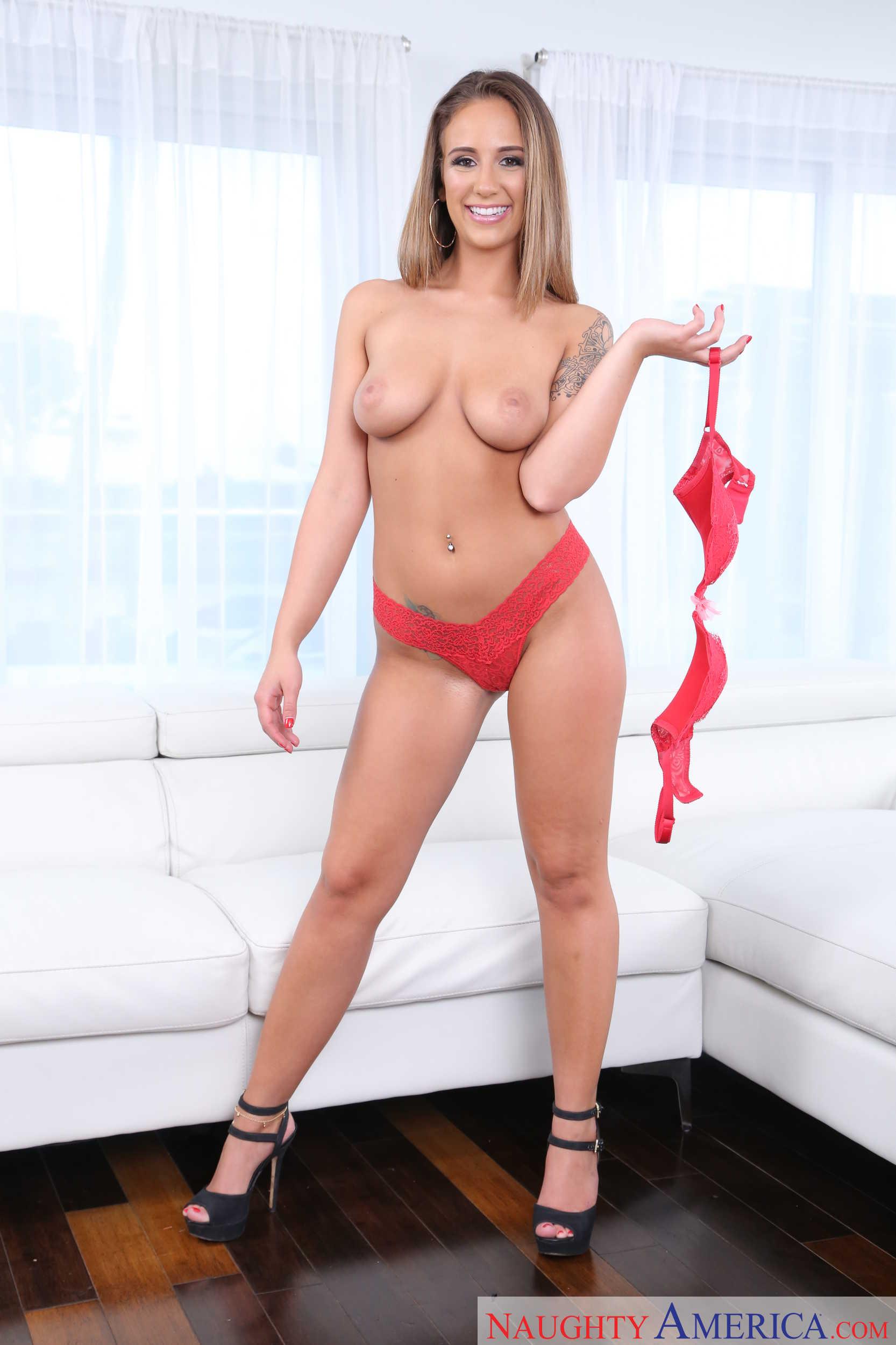 Layla London muestra su conchita impresionante