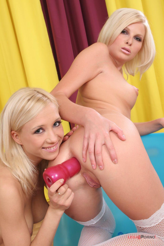 Wiska y Anisha - unos juguetes para el culo y la concha