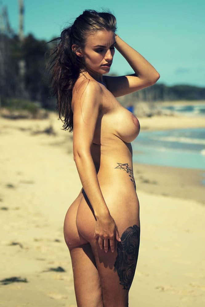 Vas a la playa y te encontrás con una tetona infernal!!!