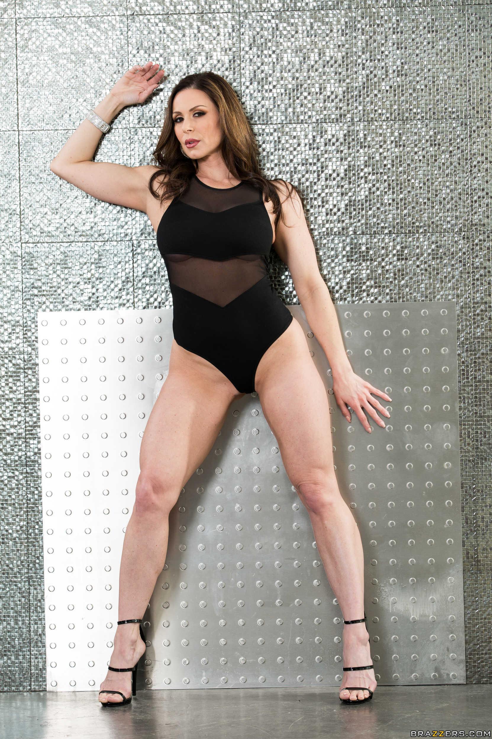 Hermosa chica latina muestra sus tetas y saluda - 1 part 10