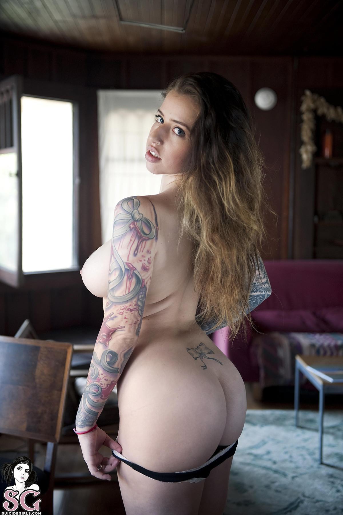 image Ella muestra su pussy y los hombres se pajean