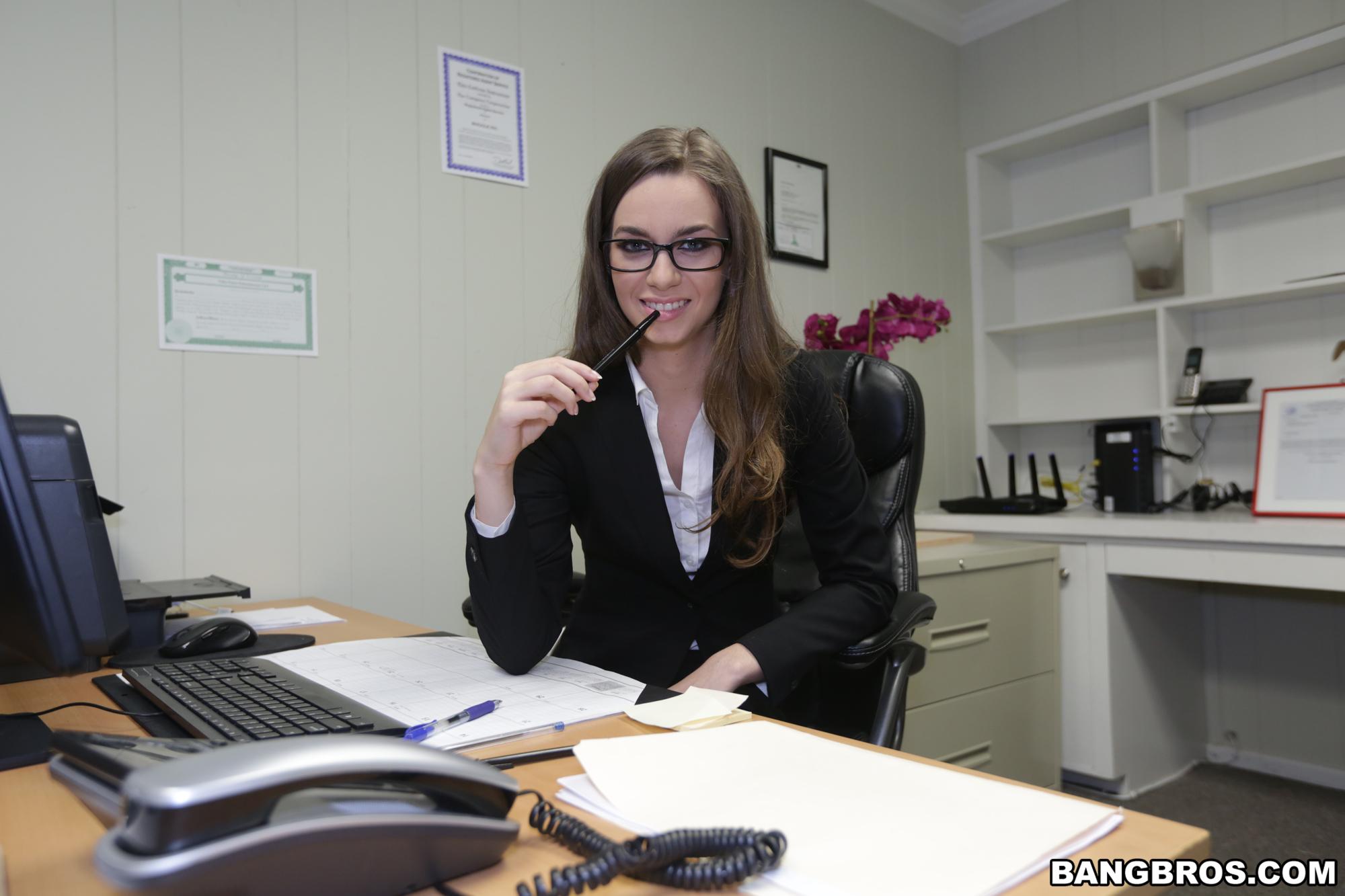 Tali dova muestra su rica conchita en la oficina elgadu for Videos follando en la oficina
