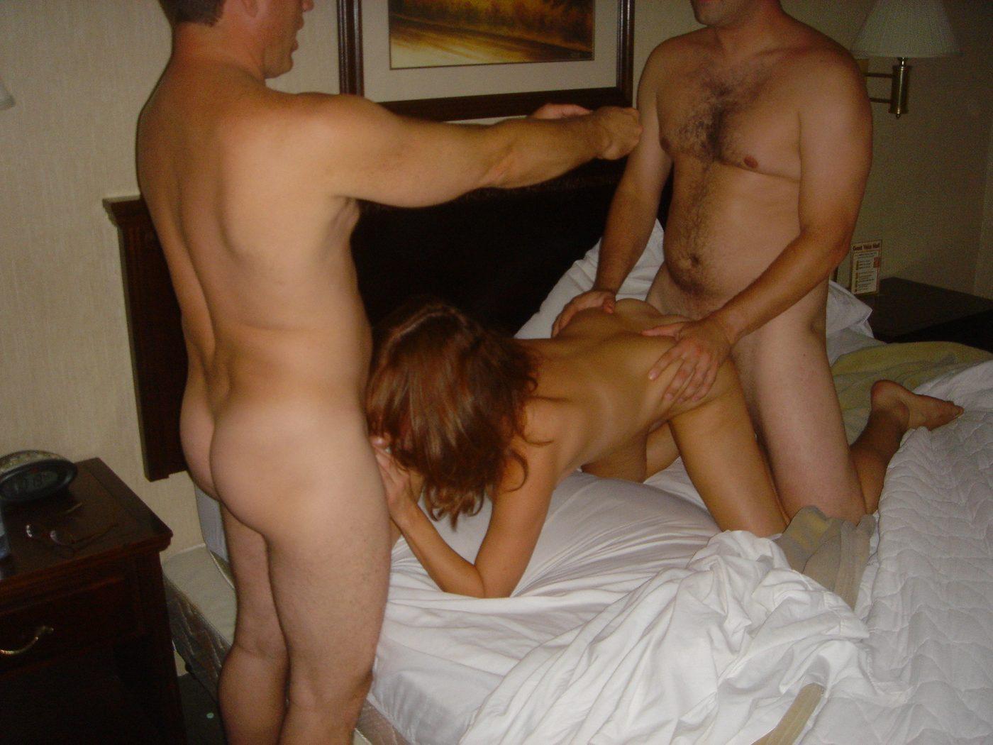 Порно муж поделил жену с друзьями