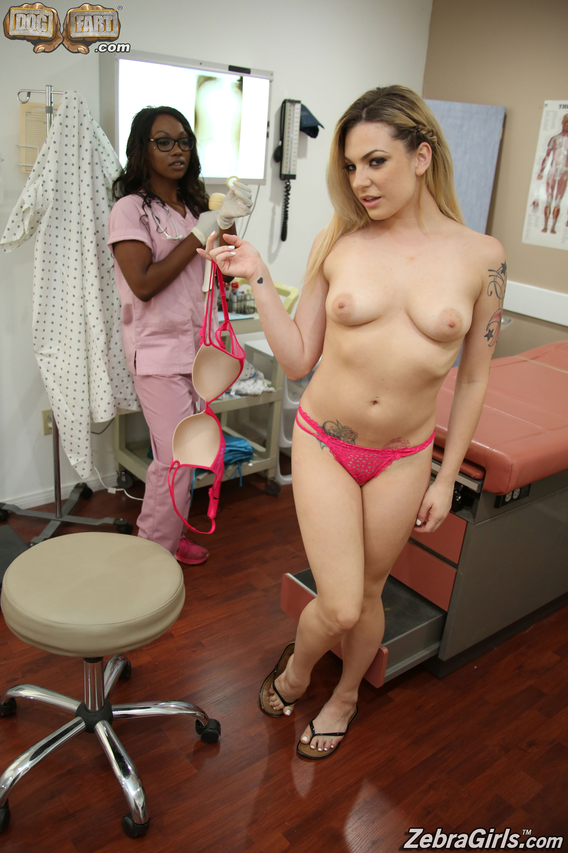 Dahlia Sky y Skyler Nicole - un juguete para sus culos